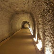 Záhada stotunových sarkofágů stále nerozřešena
